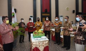 Walikota Gorontalo pada saat hendak membagikan Tumpeng Ulang Tahun Kota Gorontalo, Jumat (19/3, foto Hms).